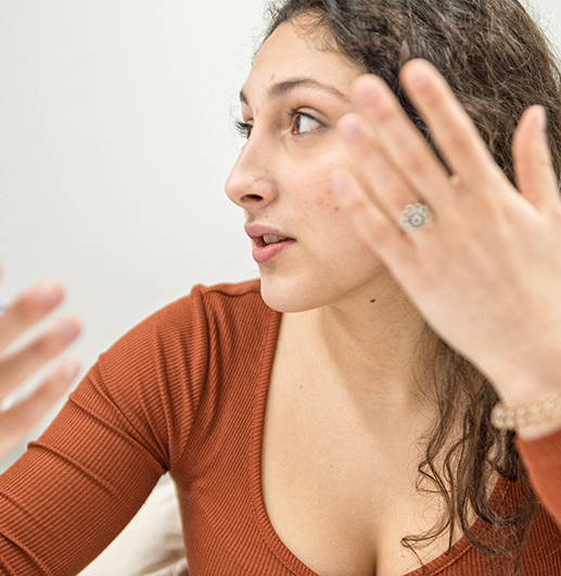Chica hablando en inglés en academia Thames Cerdanyola