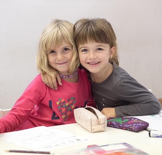 Dos niñas disfrutando de su clase de inglés en Thames British School