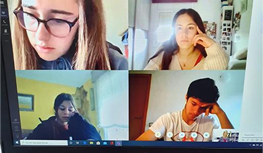 Alumnos de Thames British haciendo clase online