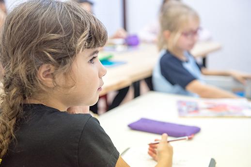 Los niños están atentos en clase de inglés sobre el Día Internacional de la Naturaleza