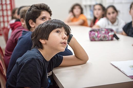 Los niños atienden a la clase del Día Internacional de la Naturaleza en inglés
