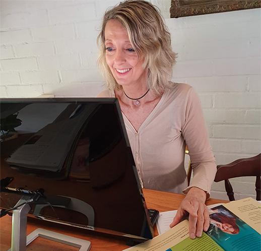 Fiona haciendo clase online