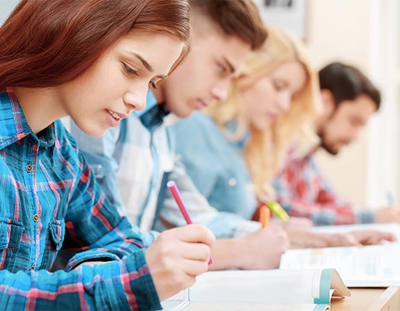 Jóvenes haciendo examen de inglés